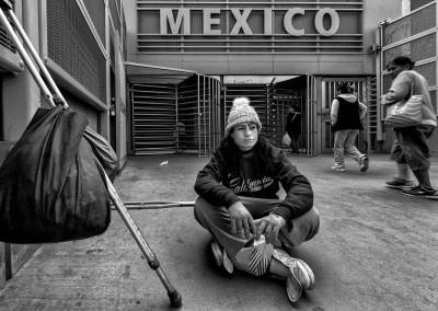 Nicole è una cittadina americana che ha deciso di vivere a Tijuana. Cammina con le stampelle dopo essere stata travolta dal crollo di un muro di casa.