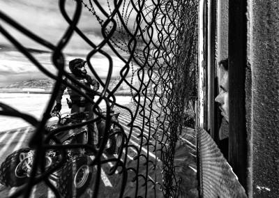 Denis Pineda si affaccia al muro della spiaggia di Tijuana. Dopo aver attraversato l'Honduras il Guatemala e il Messico, per un istante il suo volto è finalmente negli States.